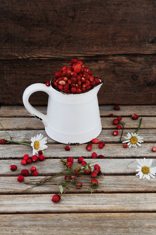 sarkans, balts, rozā, ogas, meža zemenes, koks, zaļš, brūns, krūka, red , white, pink, berries, wild strawberries, wood, green, brown, pitcher Anita Austvika
